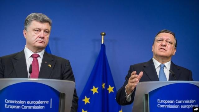 Ukrainian President Petro Poroshenko, left, and European Commission President Jose Manuel Barroso address the media at commission headquarters in Brussels, Aug. 30, 2014.