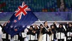 지난달 7일 소치 올림픽 개막식장에 뉴질랜드 선수단이 국기를 들고 입장하고 있다.
