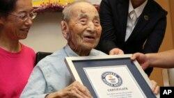 Công dân sống tại thành phố miền trung Nagoya của Nhật bản hôm 21/8 được tổ chức ghi nhận kỷ lục thế giới Guinness công nhận là cụ ông nhiều tuổi nhất thế giới.