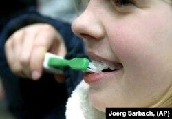 Seorang gadis berlatih cara yang benar untuk menyikat giginya di Oldenburg, Jerman. (Foto: AP/Joerg Sarbach)