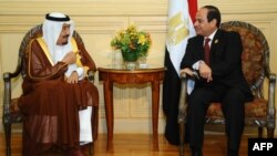Le président Abdel Fattah al-Sisi (droite) rencontre avec le roi saoudien Salman bin Abdulaziz al-Saoud (gauche) a la station balnéaire égyptienne Charm el-Cheikh en marge du sommet de la Ligue arabe. (AFP PHOTO / HO / EGYPTIAN PRESIDENCY)