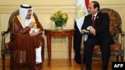 Abdel Fattah al-Sissi (à droite) avec le roi Salmane d'Arabie saoudite, Charm el-Cheikh, Egypte, le 28 mars 2015.
