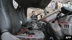 Một quả bom điều khiển từ xa đặt trong một xe đẩy đã phát nổ khi xe của cảnh sát chạy ngang qua khu vực Lahori Gate ở thành phố Peshawar, ngày 11/8/2011