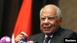PM Sementara Mesir Hazem el-Beblawi saat berada di Abu Dhabi, 27 Oktober 2013 (Foto: dok). Hazem el-Beblawi mengumumkan pengunduran diri kabinetnya dari pemerintahan Mesir, Senin (24/2).