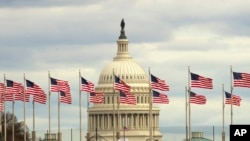 Bendera Amerika berkibar di depan Gedung Capitol, Washington, D.C., 1 Januari 2019.