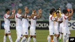 13일 '2015 호주 아시안컵 축구대회'에서 쿠웨이트를 꺾고 8강 진출을 확정한 한국 축구 대표팀이 자축하고 있다.