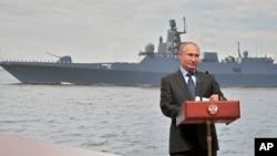 Presiden Rusia, Vladimir Putin, berbicara dalam kunjungan ke galangan kapal St. Petersburg, Rusia, Selasa, 23 April 2019 (foto: Alexei Druzhinin, Sputnik, Kremlin, Foto Pool via AP)