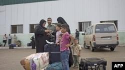 Palestinska porodica iz Pojasa Gaze čeka da pređe u Egipat na graničnom prelazu Rafa