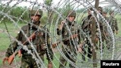 Indijski vojnici patroliraju duž granice
