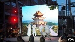俄罗斯与中国文化交流和商业活动日益活跃。4月份在莫斯科举行的一本两国经贸杂志发行仪式上,大批俄中工商界人士参加,俄罗斯青年表演中国武术。(美国之音白桦拍摄)