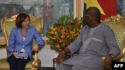 Le président burkinabè Roch Marc Christian Kaboré rencontre Florence Parly, la ministre française des Forces armées au palais présidentiel à Ouagadougou le 4 novembre 2019.
