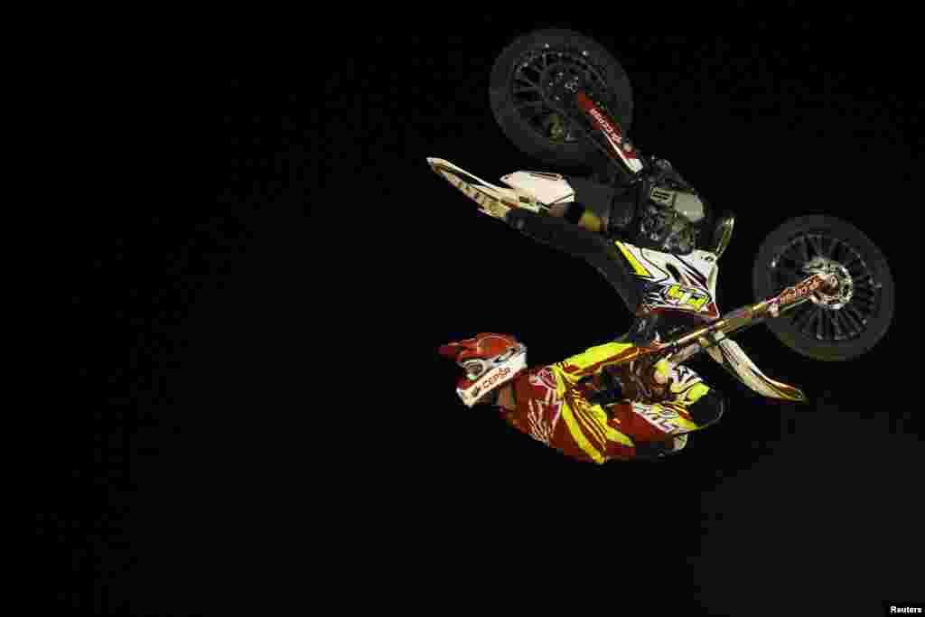 អ្នកបង្ហោះម៉ូតូជនជាតិអេស្ប៉ាញ លោក Maikel Melero បង្ហាញការបង្ហោះម៉ូតូនៅក្នុងកម្មវិធីបង្ហោះម៉ូតូសេរី (Malaga Freestyle Motocross show) នៅឯវាលប្រកួត Malagueta ក្នុងទីក្រុង Malaga ភាគខាងត្បូងប្រទេសអេស្ប៉ាញ កាលពីថ្ងៃទី១ ខែសីហា ឆ្នាំ២០១៥។