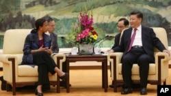 중국을 방문한 수전 라이스 미 백악관 국가안보보좌관(왼쪽)이 25일 베이징 인민대회당에서 시진핑 중국 국가주석과 회담했다.