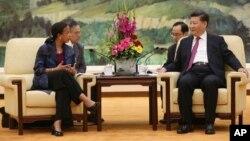 지난 7월 중국을 방문한 수전 라이스 미 백악관 국가안보보좌관(왼쪽)이 베이징 인민대회당에서 시진핑 중국 국가주석과 회담했다.