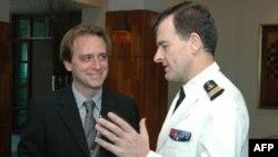 Tiến sĩ Ralf Emmers (ltrái)