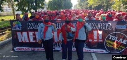 Buruh yang tergabung dalam KSPI melakukan aksi penolakan Undang-undang Cipta Kerja di Purwakarta, Jawa Barat pada Rabu (7/10/2020). (Foto: KSPI)