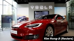 Sebuah mobil listrik Tesla Model S terlihat dalam terpajang di Seoul, Korea Selatan, 6 Juli 2017. (Foto: REUTERS/Kim Hong-Ji)