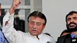 Pokiston sobiq prezidenti Parvez Musharraf Karachi aeroportida tarafdorlarini olqishlamoqda, 24-mart, 2013-yil