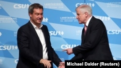 CSU lideri Horst Seehofer ve Bavyera eyaleti Başbakanı Markus Soeder cuma günü Münih'te katıldıkları bir parti mitinginde