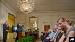 """2014年9月,美国总统奥巴马在白宫宣布""""这是我们的责任""""活动开始,以改变人们对于校园性侵的认识。副总统拜登也出席了活动。"""