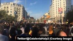 Quelque 450.000 Catalans, selon la police municipale, ont manifesté dans le centre-ville de Barcelone pour réclamer l'indépendance de leur région, 21 octobre 2017. (Twitter/@CataloniaHelp2)