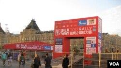 """中国利用""""一带一路""""项目对中亚地区等国扩大影响。2017年7月,工人们正在莫斯科红场准备从俄罗斯经过中亚到中国的""""丝路拉力赛""""起跑仪式。(美国之音白桦摄)"""