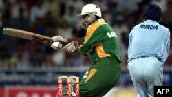 پاکستان کرکٹ ٹیم کے سابق کپتان سلیم ملک بھارت کے خلاف ایک میچ میں بیٹںگ کرتے ہوئے۔