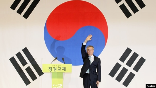 Moon Jae-in waves to supporters as he celebrates his win in the primary of his party in Goyang, north of Seoul September 16, 2012.