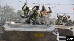 Des soldats tchadiens sur des chars à N'Djamena, 11 décembre 2015.