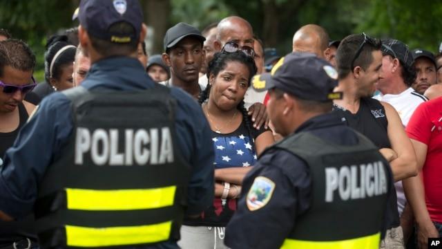 Migrantes cubanos protestan demandando a Nicaragua acceso para continuar con su viaje rumbo a EE.UU. mientras se encuentran en Peñas Blancas, Costa Rica.