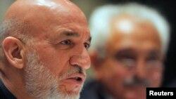 Presiden Afghanistan Hamid Karzai (kiri) memberikan penjelasan kepada media dalam konferensi pers di New Delhi, India (14/12).