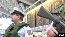Polisi federal Jerman berjaga-jaga di terminal keberangkatan di Bandara Internasional Frankfurt (foto: dok).