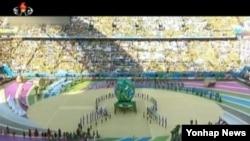 북한 관영 조선중앙TV는 14일 저녁 브라질의 상파울루에서 12일 열린 2014 브라질 월드컵 개막식 소식을 전했다. 사진은 조선중앙TV가 내보낸 개막식 장면.