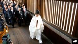 Anggota parlemen Jepang mengunjungi Kuil Yasukuni pada saat Festival Musim Gugur Tahunan yang berlangsung selama empat hari di Tokyo (20/10).