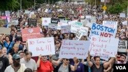 """在""""波士頓自由言論""""團體集會之前,一大群人示威 。(2017年8月19日)"""