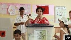 一名阿尔巴尼亚选民6月23日在地拉那投票。