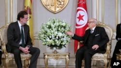 Le président tunisien Beji Caid Essebsi, à droite, s'entretient avec le Premier ministre espagnol Mariano Rajoy au palais présidentiel, à Carthage , en Tunisie, le 26 février 2018.