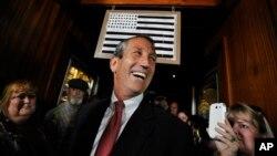 El ex gobernador de Carolina del Sur, Mark Sanford, celebra su victoria en Mt. Pleasent.