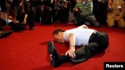 庆祝80岁大寿的李峻九大师在众议院办公楼为美国国会跆拳道俱乐部展示他的柔韧性。(2010年9月30日)