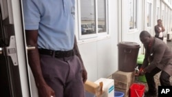 Trợ lý Bộ trưởng Y tế Liberia Tolbert Nyenswah rửa tay trước khi dự cuộc họp báo của Tổ chức Y tế Thế giới tại Monrovia.