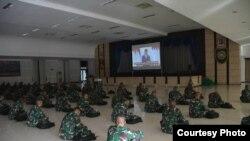 Puluhan siswa menonton bersama Pidato Presiden Joko Widodo saat Hari Lahir Pancasila 1 Juni. (Sumber: Secapa AD)