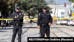 Cảnh sát phong tỏa hiện trường vụ nổ súng tại một khu đường ray thuộc Cơ quan Vận tải Thung lũng Santa Clara (VTA), ngày 26/5/2021.