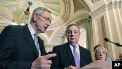 美国参议院多数党领袖里德(左)向媒体发表讲话(资料照片)