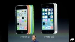Phó Chủ tịch Phụ trách Quảng cáo Sản phẩm toàn cầu của Apple Phil Schiller giới thiệu 2 mẫu iPhone mới 5S và 5C tại Cupertino, California, ngày 10/9/2013.