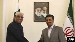 Tổng thống Iran Ahmadinejad (phải) tiếp Tổng thống Pakistan Zardari