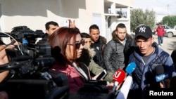 عامری کا بھائی ولید، اپنے گھر ک باہر میڈیا سے گفتگو کر رہا ہے۔ 22 دسمبر 2016