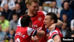 Para pemain tim Arsenal Lourent Koscielny (kanan), Santi Cazorla (kiri) dan Per Mertesacker. (Foto: Dok)