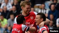 Các cầu thủ Arsenal ăn mừng bàn thắng trong trận đấu với đội Newcastle thuộc giải Ngoại hạng Anh, ngày 19 tháng 5, 2013. (REUTERS/Russell Cheyne)