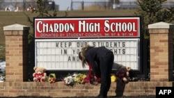 Chardon Lisesi'nin önüne bırakılan çiçekler