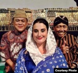 Megan O'Donoghue, seniman asal Amerika yang mahir berbahasa Indonesia dan bisa menyinden (dok: Megan O'Donoghue)